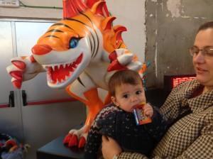 Bebe friki con su mama junto con Tigershark. Le encanto el carnet de cazador. ¿Estaría rico? XDXD